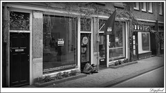 Kapper voor als je overdag geen tijd hebt. (Digifred. Thx for > 4 000 000 views.) Tags: street city blackandwhite holland netherlands amsterdam blackwhite iamsterdam nederland streetphotography canals grachten straat daynight kapper 2016 digifred pentaxk3
