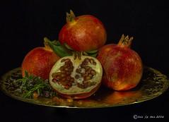GRANADAS (LUIS FELICIANO) Tags: macro interior natura olympus estudio fruta granada 1001nights e5 granadas meson comestible lent50mm