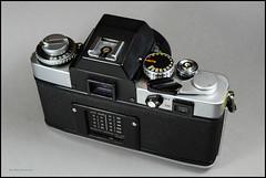 Minolta XE-5 on Display (03) (Hans Kerensky) Tags: camera slr 35mm lens japanese minolta display mc 55mm 1975 standard 117 xe5 rokkorpf