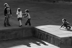 Giochi fra bambini (gavim88) Tags: auto nuvole mare torre gente bambini ombra bn volo porto cielo converse mamma punta vista marco piazza albero acqua pietra figli veduta pesca castello statua macchina luce madre visita aria canna tuffo scarpe giochi scorcio pesce vetro vecchio canon70200f4l scogli bimbi passeggio panchina passeggiata anziano canon1740l parabrezza suola lacci banchina gavioli giochiamo scappa gavim88 canoneos600d marcogavioli canon24mm28stm