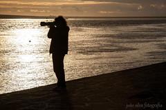 Entardecer (Joo Silva Fotografia) Tags: pordosol contraluz mar pessoas entardecer