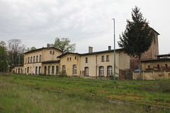 20160427 0050 (szogun000) Tags: old railroad building overgrown station architecture canon tracks poland polska rail railway disused platforms pkp lowersilesia dolnolskie dolnylsk kobierzyce canoneos550d canonefs18135mmf3556is d29285 d29310