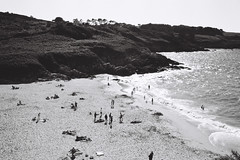 perfect day 2 (BRRRUIT) Tags: sea people bw sun mer france film beach nature 35mm fun photography perfect holidays day sunny cte nb plage argentique hol bessar2a 400tmax bretagn porspron