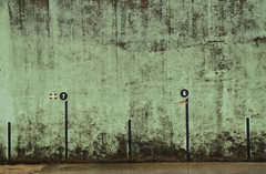 7 & 6 (adrizufe) Tags: 6 green wall nikon ngc 7 fronton descolorido nikonstunninggallery aplusphoto amorebietaetxano d7000 bernagoitia adrizufe adrianzubia