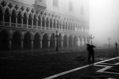 sweeping in the mist (Blende1.8) Tags: venice mist monochrome fog nikon mood nebel platz fineart atmosphere piazza monochrom venezia morgen venedig sanmarco stimmung piazzasanmarco menschenleer morgens stmarkssquare sweeper dunst markusplatz besen frh strassenreinigung strassenfeger d700 reisigbesen carstenheyer