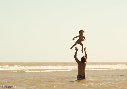 Pai com seu filho na beira da praia