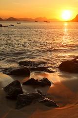 Nascer do sol na Praia Vermelha - Sunrise at Vermelha Beach (adelaidephotos) Tags: sea brazil reflection rio brasil riodejaneiro sunrise boats dawn golden mar waves barcos dourado sugarloaf pãodeaçúcar reflexo amanhecer urca ondas nascerdosol praiavermelha vermelhabeach mariaadelaidesilva