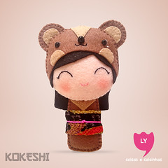 3904 (lycoisasecoisinhas) Tags: bear brown happy felt lucky japo boneca kokeshi urso sorte marrom lycoisasecoisinhas