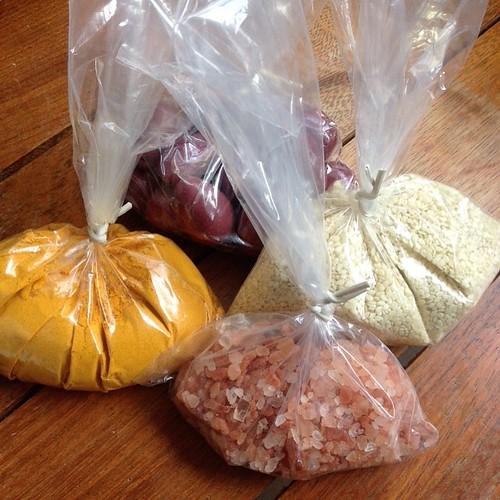 Temperos adoroo!!! Açafrão , sal do Himalaia ,gergelim .......💕💕 #picoftheday #especiarias #instafood