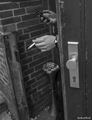 The decisive moment ... (Gerhard Busch) Tags: street mobile hand cigarette hanmburg