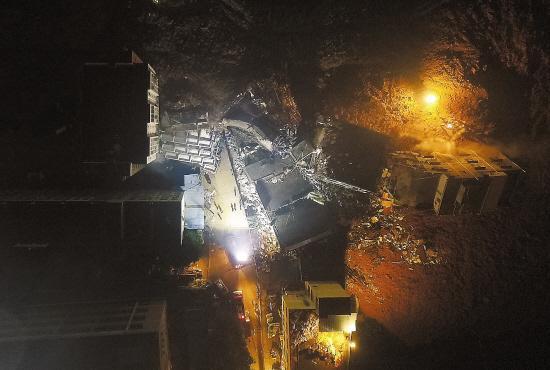 深圳山体滑坡现场:滑坡土方边缘有近3层楼高