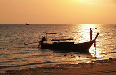 Siluetas en isla Phi Phi Don, Tailandia. (eustoquio.molina) Tags: sea thailand boat mar barca phi tailandia amanecer reflejo don silueta isla