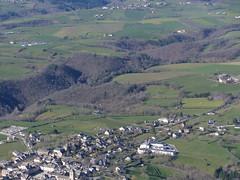 Sauveterre de Rouergue (Franois Magne) Tags: de village place ciel prairie paysage rue extrieur glise vue antenne ulm champ vues aveyron valle aerienne rouergue sauveterre ariennes pendulaire