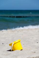 TH20150514A603262 (fotografie-heinrich) Tags: strand ostsee spielzeug wellen zingst eimer