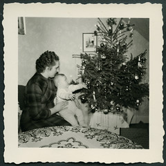 Archiv EE188 Mutter mit Kind, Weihnachten, 1950er (Hans-Michael Tappen) Tags: christmas xmas baby weihnachten outfit child interieur mother christmastree kind 1950s tinsel nol weihnachtsbaum mutter wohnzimmer tannenbaum kleidung gongs christbaum lametta arbredenol wohnstube 1950er christmastreedecorations christbaumschmuck archivhansmichaeltappen lamelledor