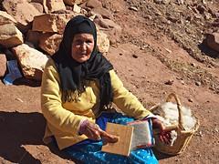 Old lady carding wool, Talouet (nisudapi) Tags: wool morocco berber oldlady kasbah carding 2015 telouet