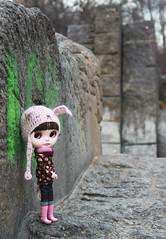 Playing hide and seek (*Dollily*) Tags: berlin outside andrea sv meimei blythedoll simplychocolate oranienplatz blythecustom bunnyhelmet dollily dollilycustom hschenmtze