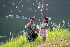 MIA_4656 (yaman ibrahim) Tags: lake water grass backlight happy nikon balloon daughter mother bubble rays palsy d4 600mm