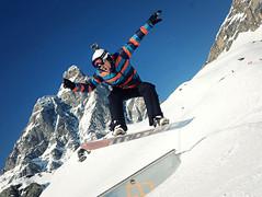 Snowboarder, snow park (Saramanzinali) Tags: park winter snow ski sport snowboarding jump skiing hiver neve salto neige matterhorn inverno snowboarder sci breuil cervinia slopes cervino salti invernali pistedasci