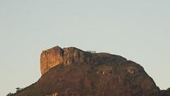Pedra da Gvea alaranjada / Orange Gavea Stone (Pablo Grilo) Tags: mountain riodejaneiro barradatijuca montanha pedradagavea 55210 a6000 55210mm sonyalpha6000 alpha6000 sonya6000