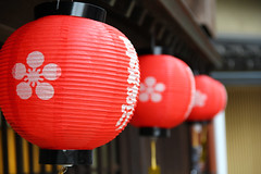 (TheOneShot (Gunnar Marquardt)) Tags: red white black colour sign japan canon paper japanese row round kanazawa lampion eos60d