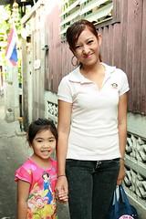 mother and daughter (the foreign photographer - ) Tags: canon walking thailand kiss bangkok daughter mother mai sapan bangkhen 400d