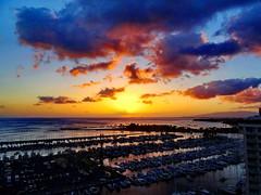 Hawaiian sunset series +2 (peggyhr) Tags: ocean sunset sun marina hawaii gallery 50faves peggyhr level1photographyforrecreation level2photographyforrecreationsilver level4photographyforrecreationemerald thelooklevel1red thelooklevel2yellow thelooklevel3orange thelooklevel4purple thelooklevel5green frameit~level01~ ♣myhatsofftoyou ♣scapes super~sixbronze☆stage1☆ dsc02737a