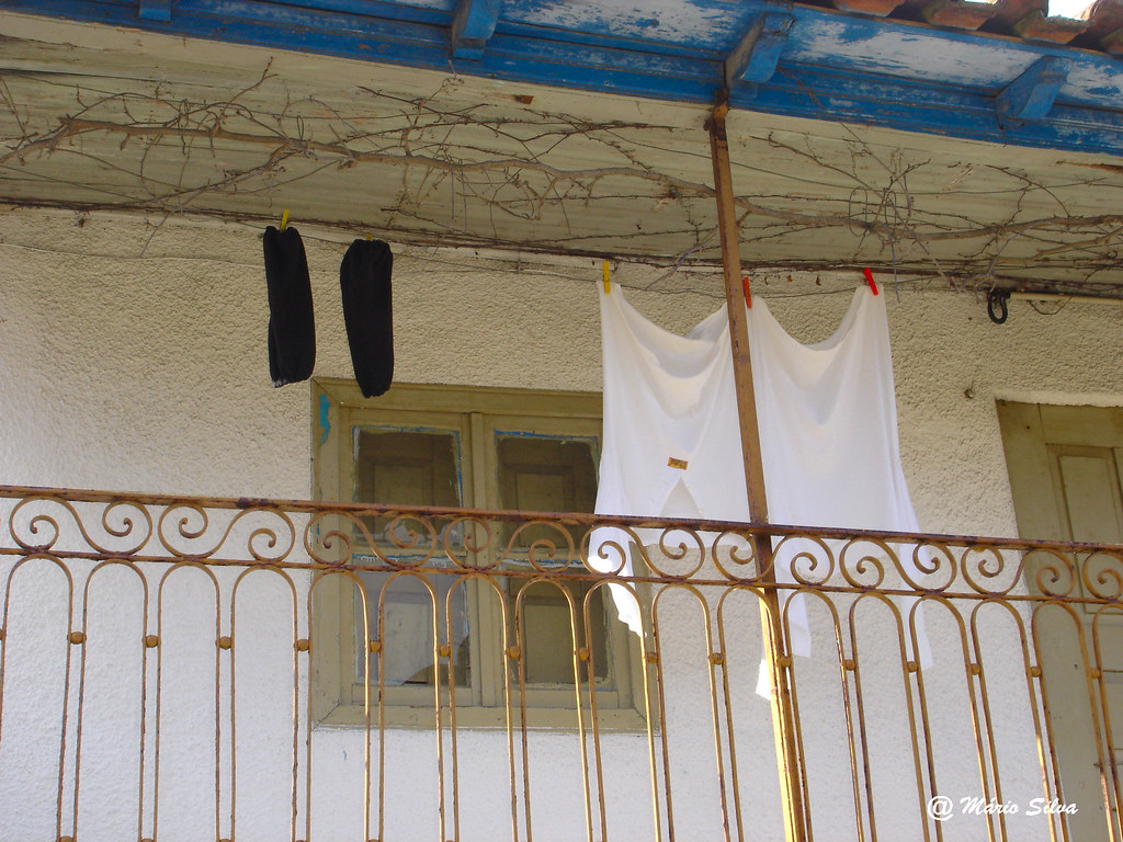 Águas Frias (Chaves) - ... a roupa a secar na varanda ...