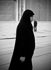 Casablanca - Ridimensionamento (rosella sale) Tags: travel donna islam bn uomo marocco casablanca viaggi velo moschea gradini portoni gradinata proporzioni moscheahassanii donnamusulmana rosellasale fotorosellasale