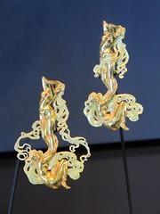 Pendentif-broche Deux nus (vers 1897-1898), Ren Lalique - Muse Lalique, Wingen-sur-Moder (67) (Yvette Gauthier) Tags: broche bijou artnouveau alsace 67 lalique basrhin joaillier pendentif renlalique bijoutier matreverrier wingensurmoder