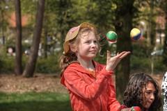 juggler (stevefge) Tags: park girls people netherlands nijmegen children kinderen nederland juggling jongleur goffertpark koningsdag nederlandvandaag reflectyourworld