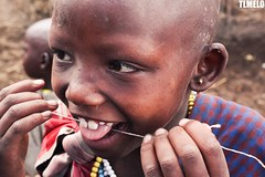"""Flossing"" - Maasai - Tanzania - Africa (TLMELO) Tags: africa friends boy portrait woman baby kilimanjaro hat mom tanzania kid women bravo child brothers retrato african poor son boring mount angry criana pobre tribe serengeti menino masai maasai tribo africana africano kilimanjaromount"