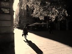 Passejant pel Born . ( Walking through the Born ) (Alex Nebot) Tags: barcelona plaza woman relax lumix born mujer bcn ciudad panasonic paseo piazza fz passeig compras citta comercio borne plaça shoping robado cosmopolita fz72