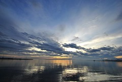 Atardecer en la playa - Sunset at the beach (i.puebla) Tags: sunset sea roses sky espaa naturaleza sun sol nature water clouds reflections atardecer mar spain agua nikon girona cielo nubes puestadesol catalua reflejos ampurdn empord d3000
