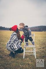 DANS LES CHAMPS (Artiste Photo) Tags: famille canon outside kiss outdoor extrieur momandson bisous