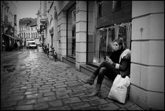 Gent (B) - Bennesteeg - 2016/03/08 (Geert Haelterman) Tags: blackandwhite white black monochrome belgium candid streetphotography fujifilm zwart wit ghent gent gand geert streetshot x10 photoderue straatfotografie photographiederue fotografadecalle strassenfotografie fotografiadistrada haelterman