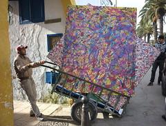 Logistique de l'Art (Nadir Moha) Tags: art transport peinture exposition maroc tableaux rabat médina logistique
