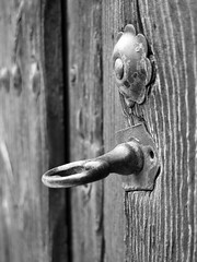 Puerta / Door (Rafa Gallegos) Tags: madrid door old blackandwhite bw espaa byn blancoynegro vintage spain puerta lock antiguo cerradura navalcarnero