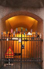 a gate with gloves (Dany Morgens) Tags: street island iceland gate funny reykjavik handschuhe strasen abdenddmmerung