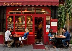Paris le Marais : Chez Marianne (Pantchoa) Tags: paris france caf bar de rouge restaurant g terrasse tables f18 clients gens vitrine lierre dx pavs lemarais ruedesrosiers scnederue chezmarianne quartierjuif attabls hospitaliresaintgervaisphoto ruenikond710035mm