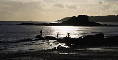 Saint-Nazaire (miguou) Tags: sunset sea mer seascape france praia beach sunrise landscape mar pentax playa paisaje enfants paysage plage contrejour coucherdesoleil rochers waterscape saintnazaire littoral paysdeloire estuaire paisajem pentaxart