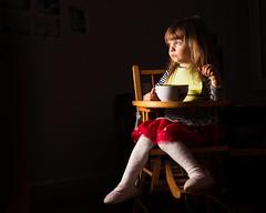 Sin ningn apuro (GMH) Tags: eating retrato flash negro nia eat silla sit manger comer comiendo sentada fondonegro ltytr1
