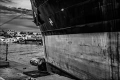 A quai (vedebe) Tags: city bw mer monochrome port eau noiretblanc bateaux nb rue ports ville urbain portdebouc petrole netb transportsmaritimes petrolier