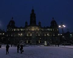 The Snow In The Square (Bricheno) Tags: city people snow scotland cityhall glasgow georgesquare escocia chambers plinth szkocja schottland scozia glasgowcitychambers citychambers cosse  esccia   bricheno scoia