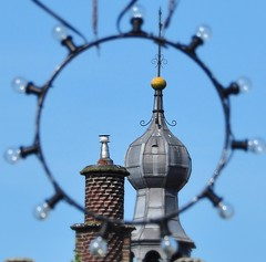 yellow Ball (wilma HW61) Tags: holland detail netherlands toren outdoor hasselt nederland historic historical holanda lamps framing paysbas turret overijssel niederlande lampen historisch raadhuis salland doorkijk lampade torretta tourelle hanzestad feestverlichting trmchen zwartewaterland wilmahw61 wilmawesterhoud
