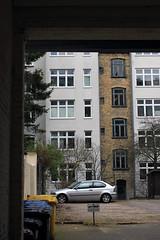 Im Hinterhof (07) (Rüdiger Stehn) Tags: 2000er 2000s 2016 europa mitteleuropa deutschland germany norddeutschland schleswigholstein bauwerk profanbau kielravensberg stadt hinterhof fassade architektur tor gebäude canoneos550d rüdigerstehn kiel