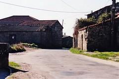 ANTES: Obras da mellora da estrada o seu paso por Vilario das Poldras (Sandis (Ourense) - 1 de xaneiro de 1999. (Xav Feix) Tags: rural galicia obras ourense sandis alimia vilariodaspoldras concellodesandis