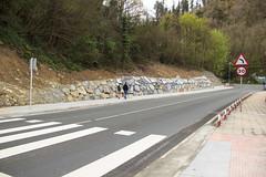 En primer plano el paso de cebra (Ayuntamiento de Ermua  Ermuko Udala) Tags: bizkaia ermua pasocebra okinzuri bi2301 nuevaacera
