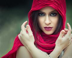 Alaitz (Pablo Caas) Tags: red portrait rojo retrato manos ojos mirada belleza fular expresividad alaitzconde