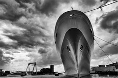 SS Rotterdam (zilverbat.) Tags: blackandwhite ny holland netherlands monochrome clouds giant harbor boat big rotterdam europa nederland thenetherlands wolken barche elements hal maas canondslr hotspot 1959 blackwhitephotography maashaven rotjeknor hollandamerikalijn katendrecht maasstad passagiersschip zwartwitfotografie zilverbat canonnederland lijnvaart